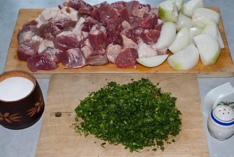 Кубиками нарезаем мясо, лук, сало. Мелко рубим зелень.