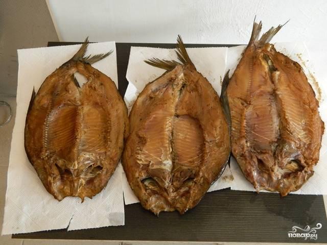 Готовую рубку можно освободить от ниток, распластать и выложить на бумажные полотенца (но это необязательно), чтобы лишний жир мог впитаться. Теперь копчёный лещ готов, его можно употреблять. Хранить рыбу лучше в холодильнике в плотно закрывающемся контейнере.