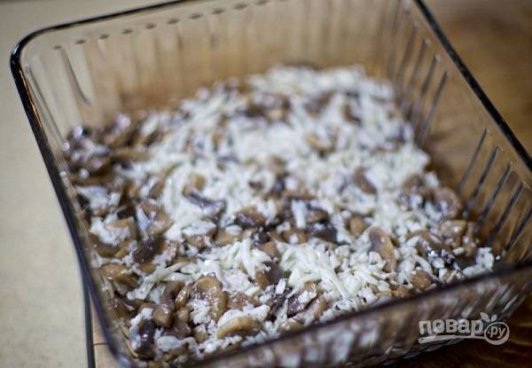 6. Выложите грибочки ровным слоем в тарелку для подачи.