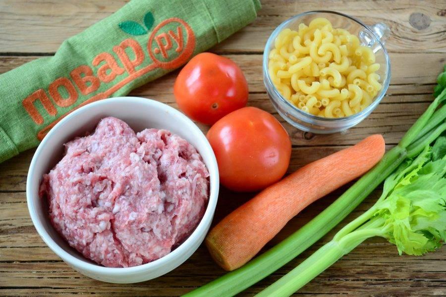 Подготовьте все необходимые ингредиенты. Морковь очистите и ополосните вместе с другими овощами. Макароны заранее отварите до готовности.
