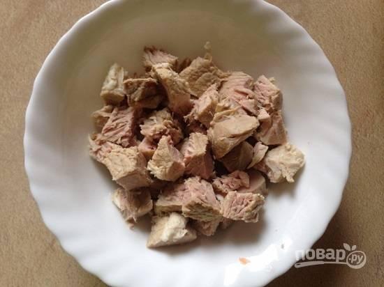 Мясо нарежем на кусочки помельче и отправляем обратно в кастрюлю.