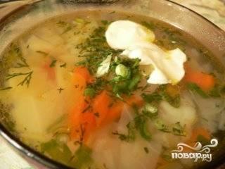 В кипящий бульон добавить нарезанные картофель и капусту. Варим 15 минут. По окончании этого времени добавляем обжаренные лук и морковь. Добавляем зеленый горошек, соль, перец. Варим еще минут 7-10. Все, наш суп готов. Наливаем в тарелки, посыпаем зеленью и кушаем! Приятного аппетита!