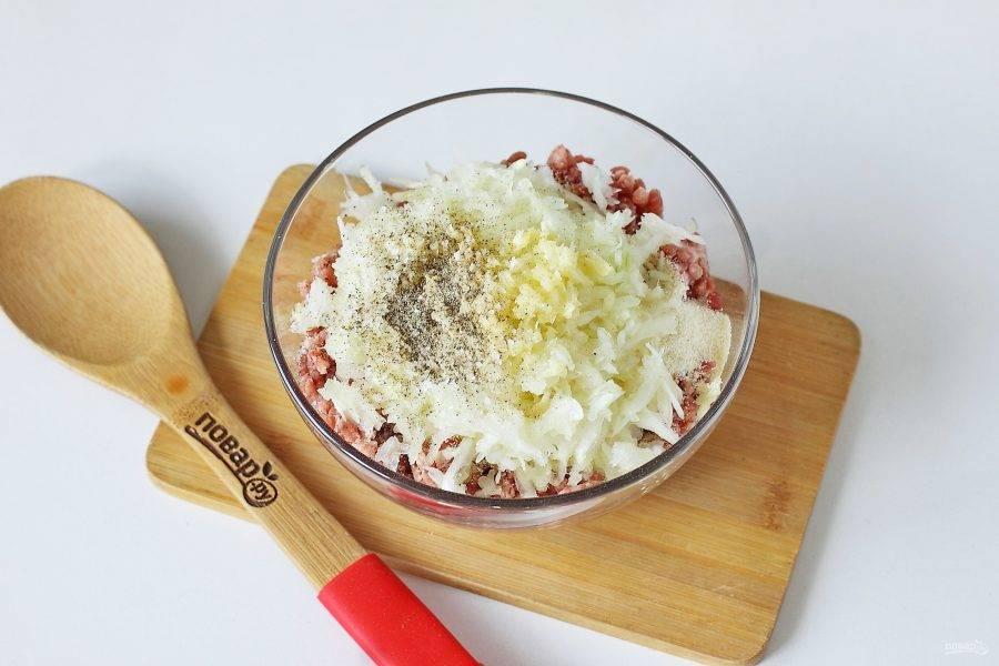 Добавьте тертый на крупной терке лук, соль и специи по вкусу.