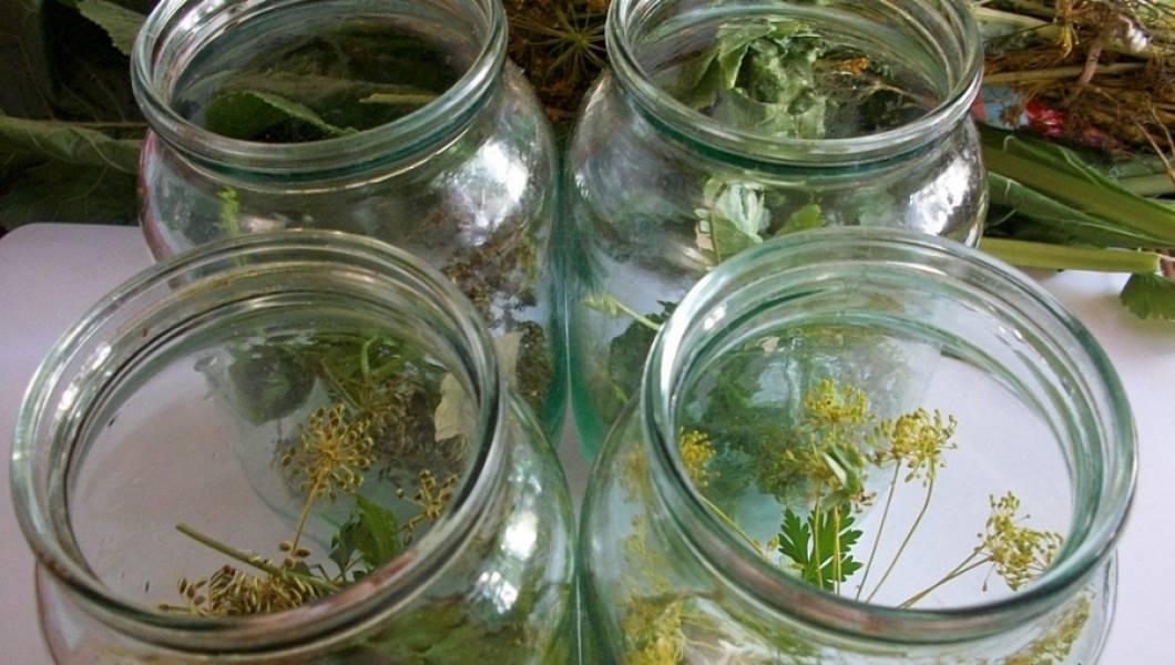 На дно стерилизованных баночек укладываем: перец горошком, зелень, укроп и зубчики чеснока.