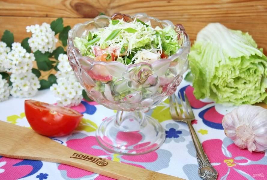 Салат с пекинской капустой и копченой курицей готов. Выложите его в красивую посуду, посыпьте тертым сыром и подавайте на закуску. Приятного аппетита!
