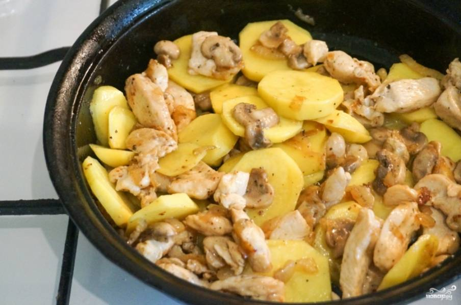 5. Очистите и нарежьте тонкими ломтиками картофель. Обжарьте минут 7-10. Добавьте соль, перец или другие специи по вкусу.