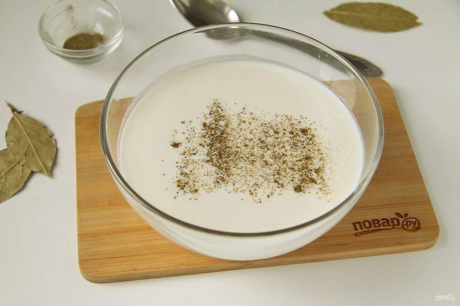 Для соуса соедините сметану и воду. Добавьте 1 ст.л. муки, соль и перец по вкусу.