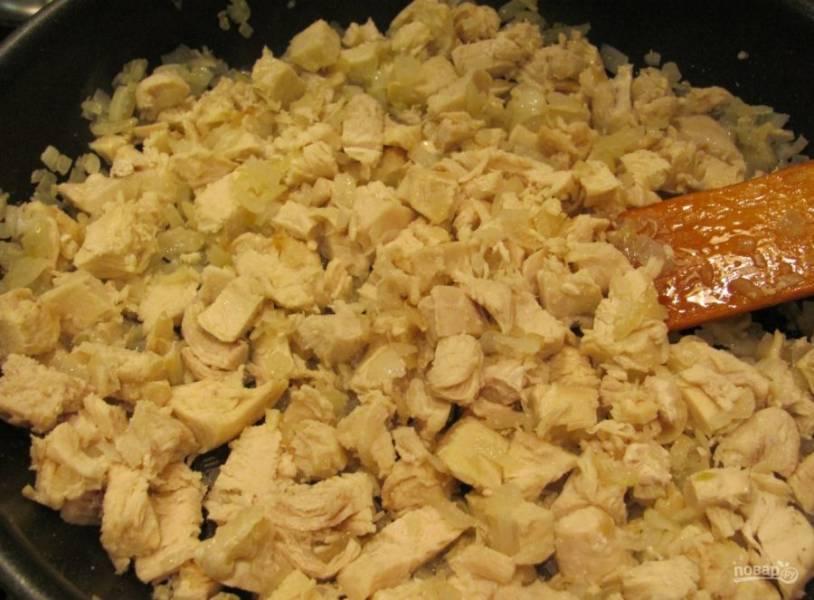 7. В конце жарки добавляем нарезанное мясо и обжариваем еще пару минут.