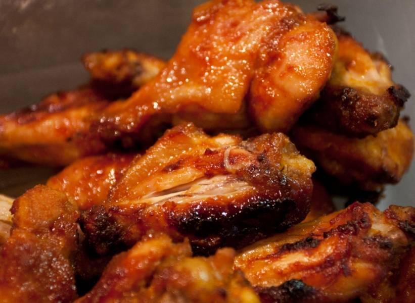 Готовые крылышки подаем к столу, причем они одинаково вкусные, и в горячем, и в холодном виде. Приятного аппетита!