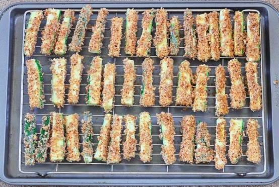 Выкладываем кабачки в панировке на решетку и ставим в разогретую до 220 градусов духовку минут на 20-30. В процессе запекания бруски сбрызгиваем оливковым маслом, чтобы они не пересохли.