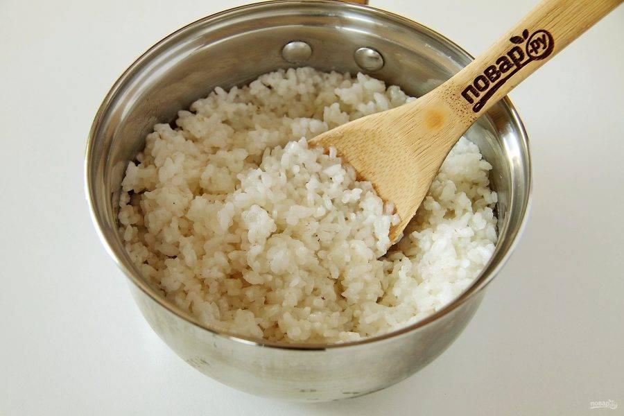 Отварите рис до полуготовности.