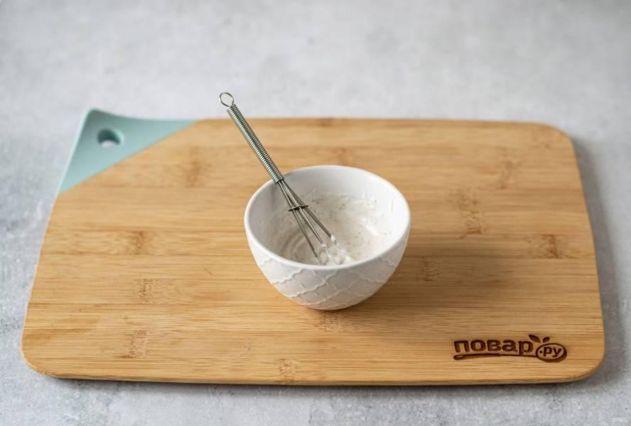 Смешайте йогурт с солью и черным молотым перцем.