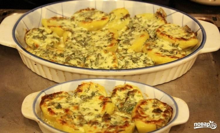 4.Выпекаю картофель в разогретом до 200-230 градусов духовом шкафу 15-20 минут. Ароматный и вкусный запеченный картофель готов!