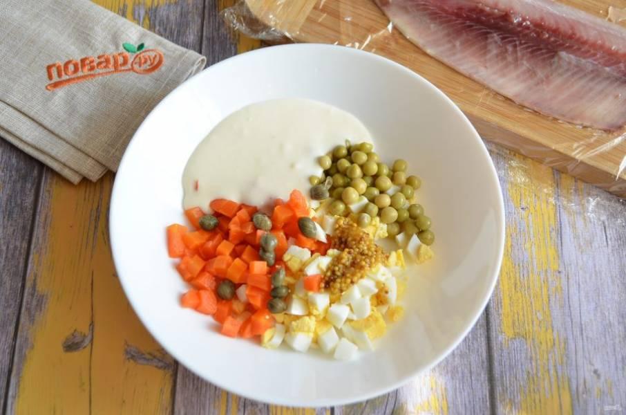 4. Для начинки соедините яйцо, морковь, горошек, каперсы, горчицу, майонез с желатином, соль или перец по вкусу. Перемешайте хорошо.