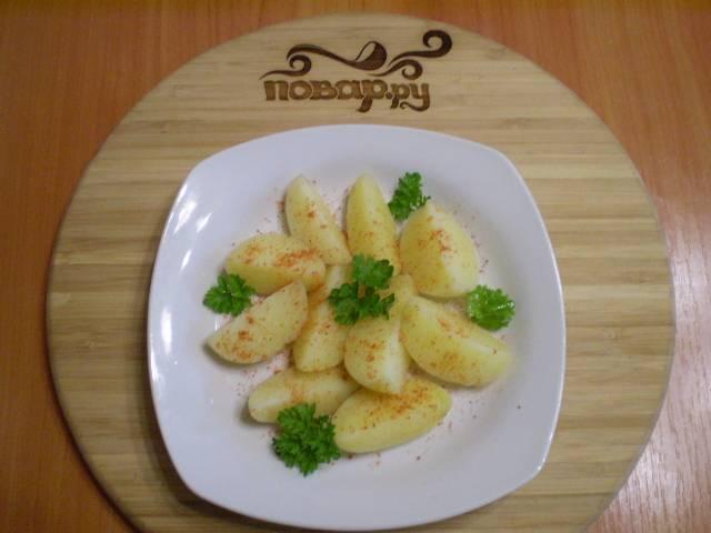 6. Украсьте зеленью. Полейте оливковым маслом или подайте к картошке сметану. Приятного!