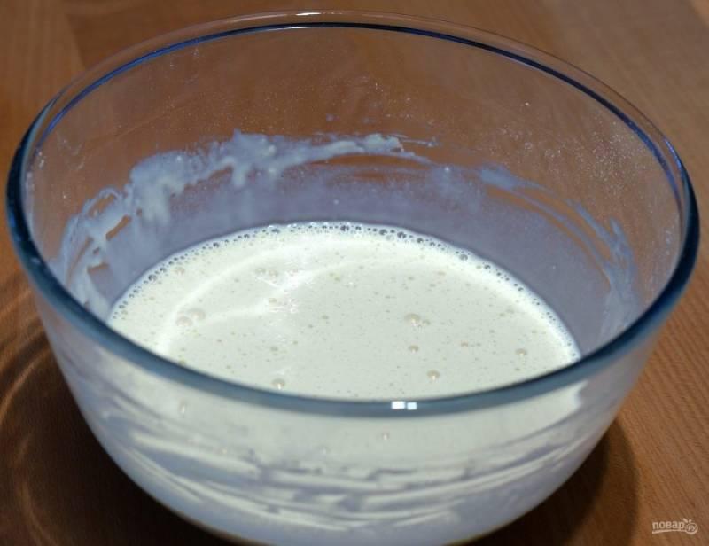 4.Влейте оставшееся молоко и хорошенько размешайте все содержимое миски.