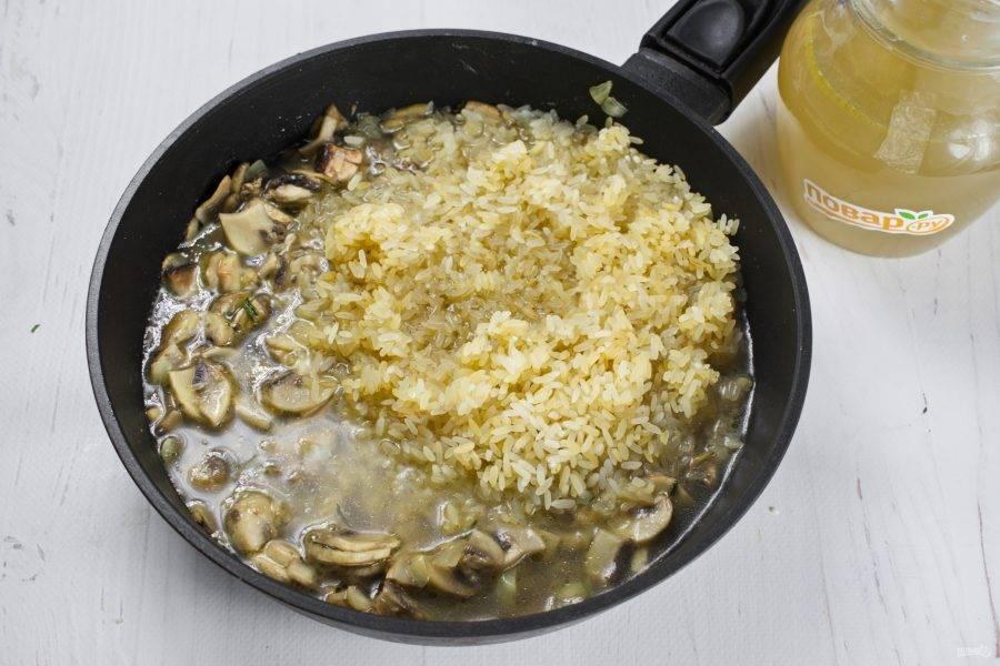 Влейте бульон, вино, готовьте до готовности риса, постоянно помешивая. При необходимости долейте бульон.