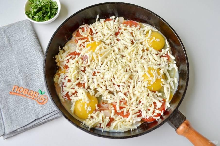 5. Посыпьте тертым сыром, накройте плотно крышкой и готовьте пару минут.