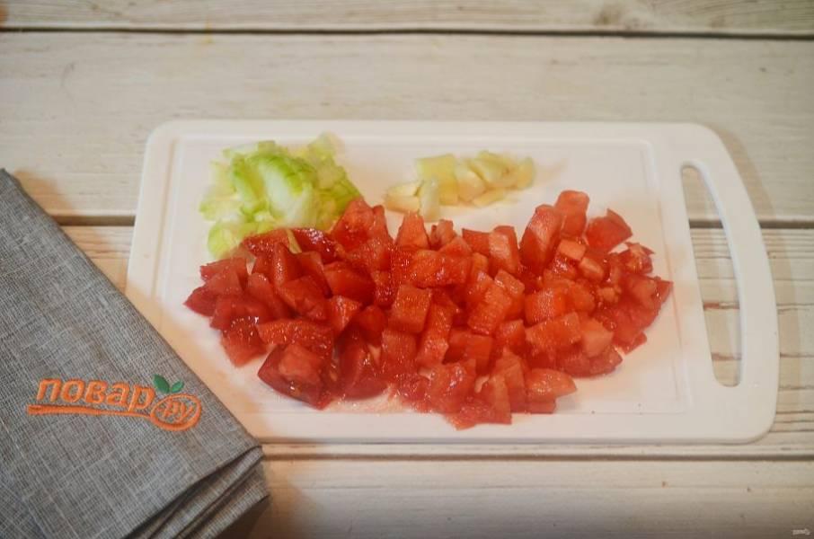 """1. Приготовим соус """"Маринара"""". Помидоры, лук и чеснок мелко нарежьте."""