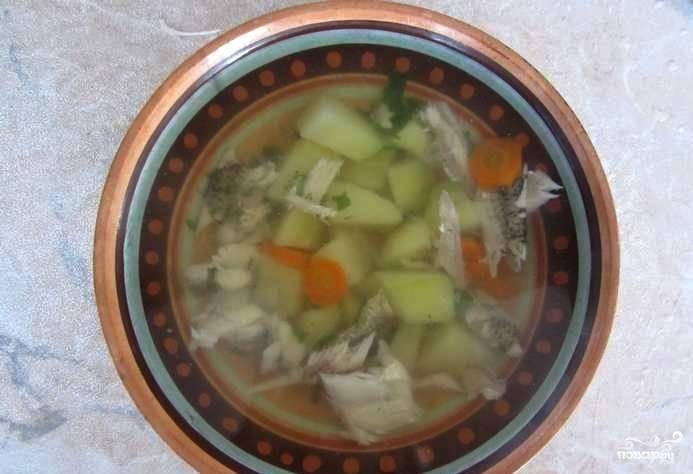 Затем в уху добавляем мелко нарубленную свежую зелень. Настаиваем немного под закрытой крышкой и подаем к столу. Приятного аппетита!