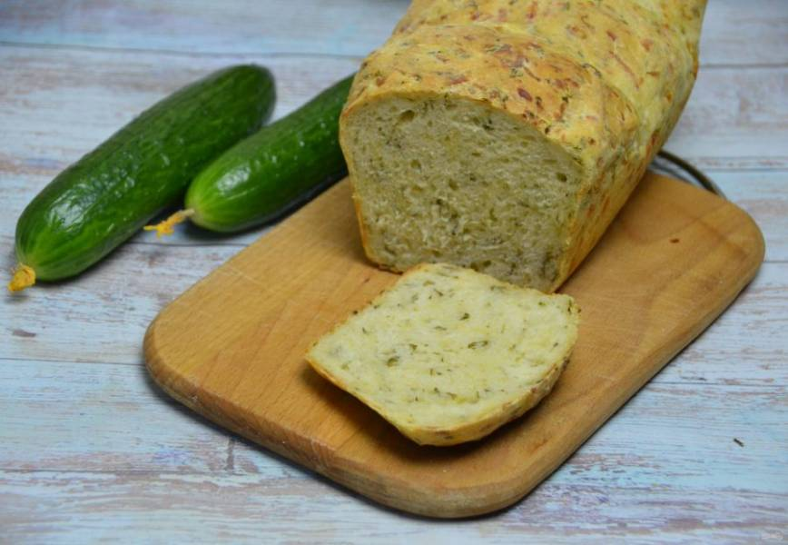 После того, как огуречный хлеб полностью остыл, его можно дегустировать. Он получился очень красивый, ароматный, с хрустящей корочкой и с красивыми вкраплениями сыра, огурцов и зелени. Отлично подходит для разных закусок, намазок и приготовления бутербродов.