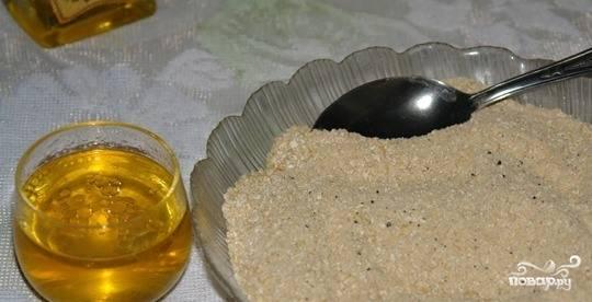 В большой и чистой миске с высокими бортиками смешайте все сухие ингредиенты. В отдельной пиалочке смешайте кунжутное масло, которое можно заменить оливковым, а также половину от всей порции воды. Туда же добавьте немного кленового сиропа. Его можно заменить на обычный мед.