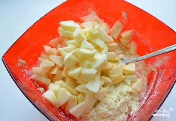 Яблоки помойте, очистите от кожуры, удалите сердцевину и семечки. Нарежьте его на дольки и добавьте в тесто.