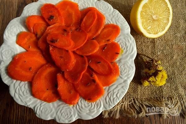 Добавьте соль, перец, лимонный сок. Присыпьте мускатным орехом и подавайте к столу.
