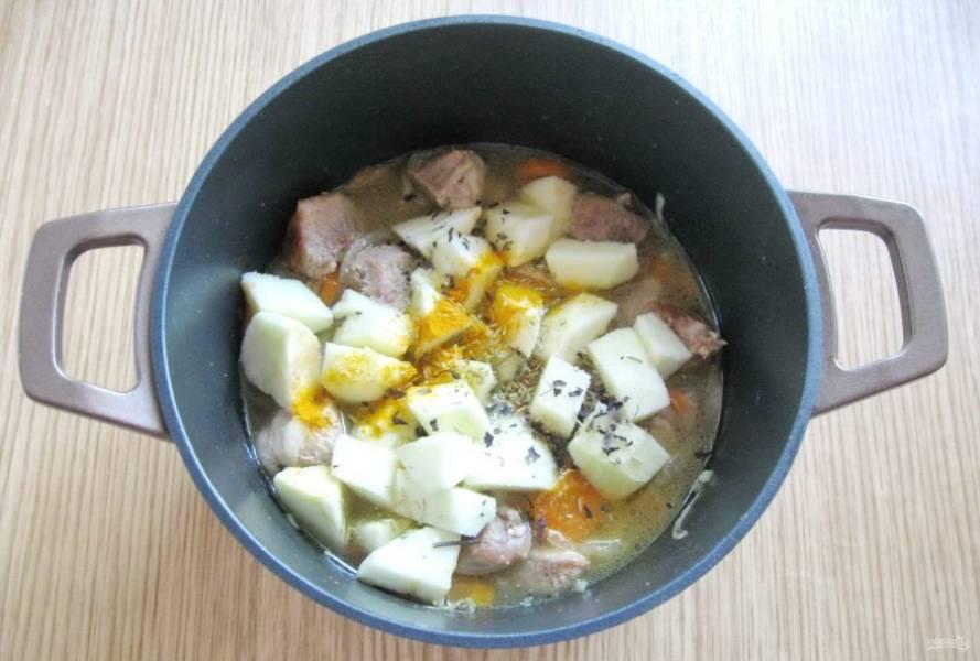Мясо посолите, поперчите. Добавьте куркуму, тмин и сушеный базилик.