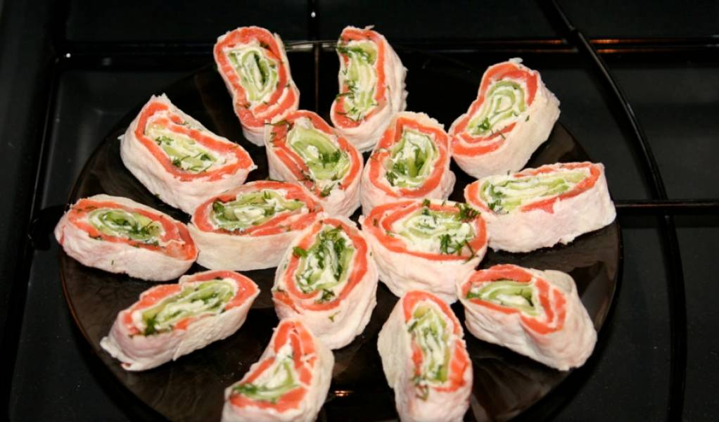3. Рулет пусть постоит в холодильнике хотя бы час. затем нарезаем, выкладываем красиво на тарелку и подаем!