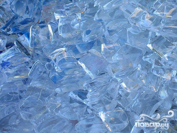 4.Добавьте в блендер лед поверх фруктовой массы, смешивайте коктейль до тех пор, пока он не станет однородным по консистенции.