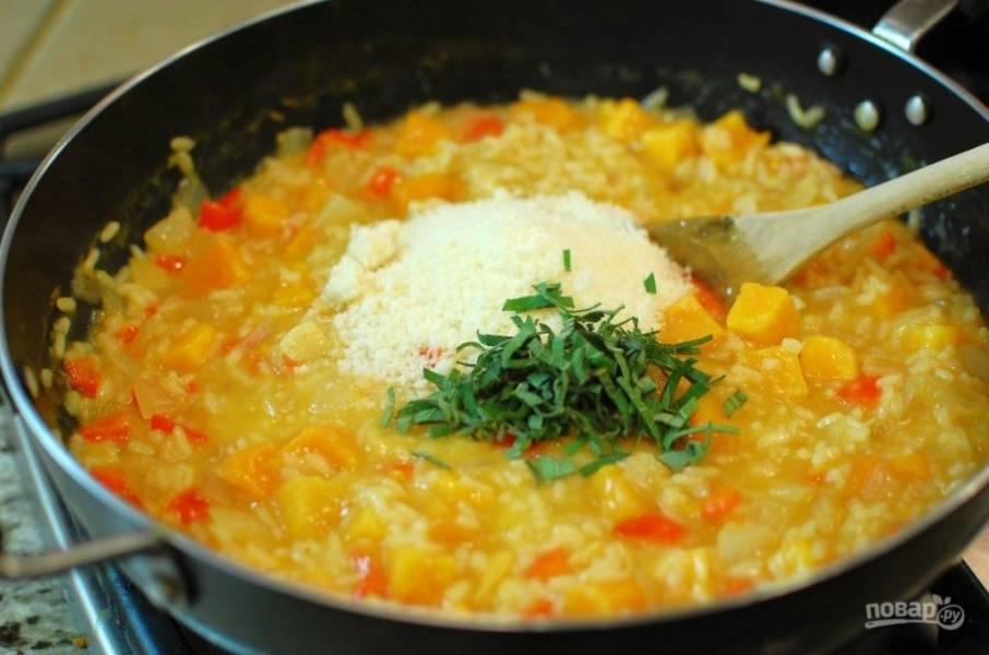 9.Натрите на мелкой терке сыр и выложите его в сковороду, посолите и поперчите по вкусу, нарежьте мелко шалфей и выложите его к рису.