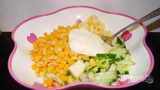 4.Все подготовленные ингредиенты укладываю в салатник, добавляю майонез и кукурузу, поливаю лимонным соком и перемешиваю.