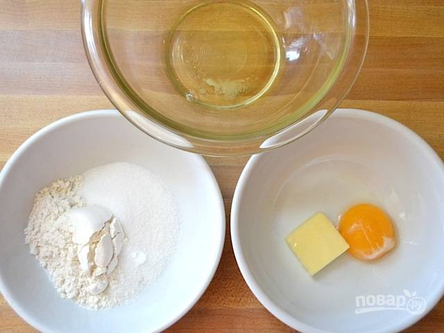 1.Отделите белок от желтка, к желтку добавьте сливочное масло. А в еще одну миску выложите муку, соль и сахар.