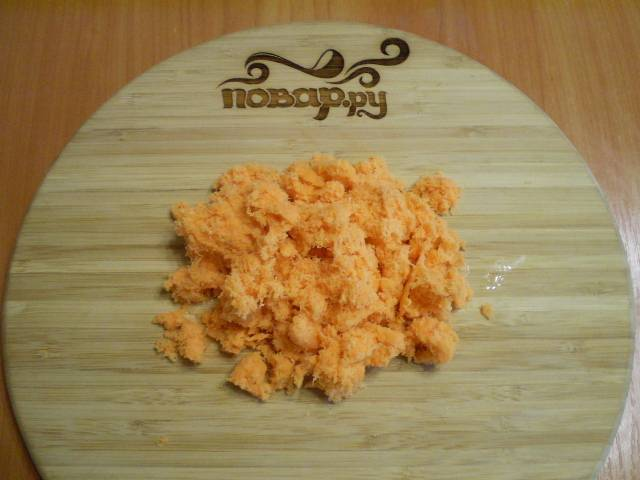 5. Трем морковь на самой мелкой терке, немного отжимаем сок.
