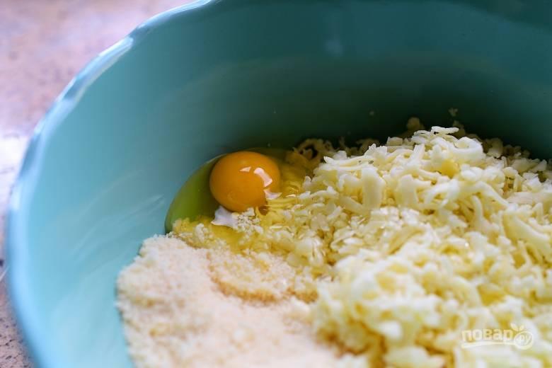 3. В глубокой емкости смешайте яйца, риккоту, моцареллу, пармезан, измельченный базилик, чеснок и петрушку.