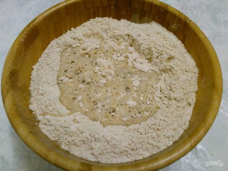 Соедините сухие компоненты и влейте воду, перемешивая тесто ложкой.