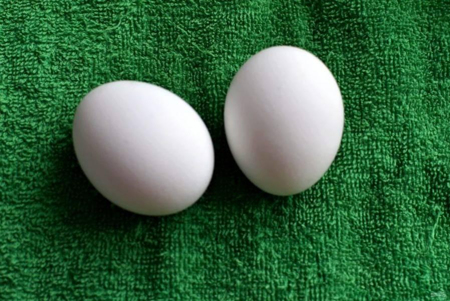 Яйца сварите в мешочек и остудите.