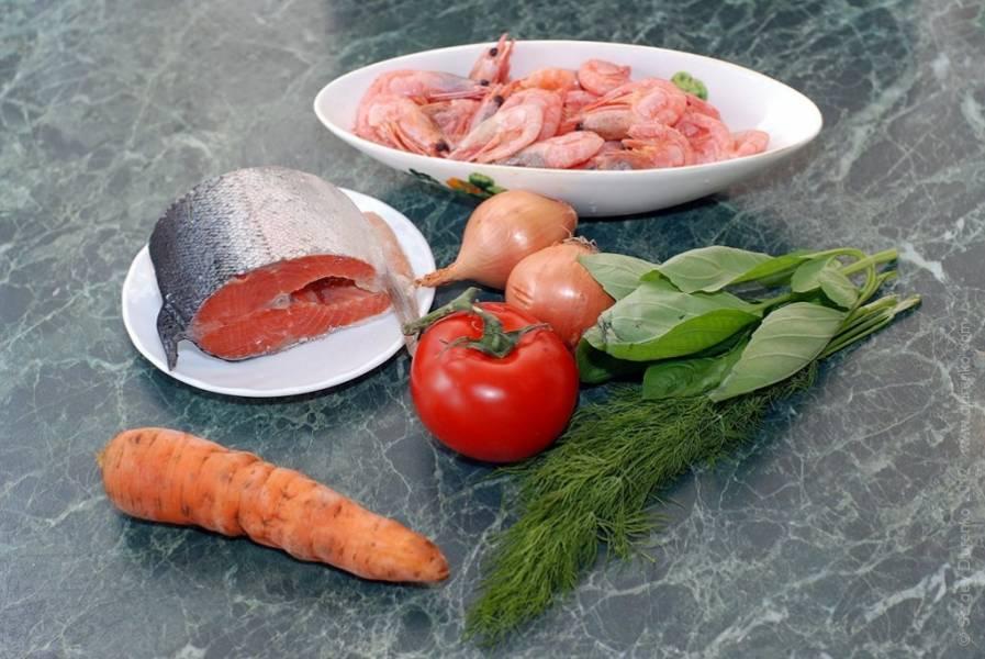 1. Подготовим ингредиенты. Овощи моем и чистим, рыбу и креветки размораживаем и промываем.