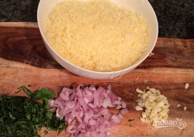2.Натрите на мелкой терке сыр. Измельчите листья базилика, лук и чеснок.
