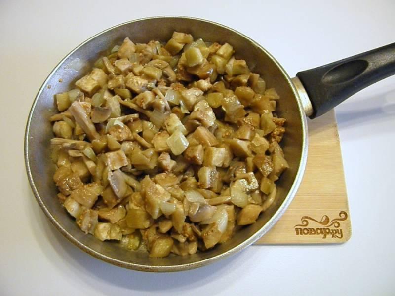 Добавьте к грибам и луку баклажаны, соль, специи и жарьте до готовности всех продуктов, периодически перемешивая.