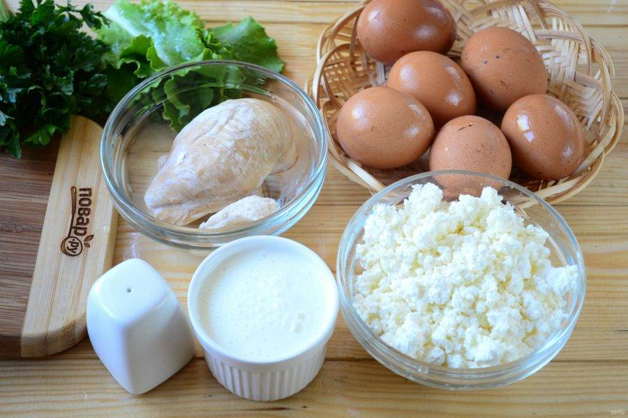 Подготовьте все необходимые ингредиенты. Куриную грудку отварите до готовности в слегка подсоленной воде.