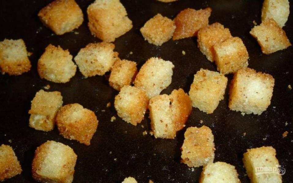 1. Хлеб нарезаю ломтиками в толщину около 1 сантиметра, затем измельчаю их кубиками. Сковороду разогреваю с растительным маслом, выкладываю хлеб, обжариваю до румяной корочки.