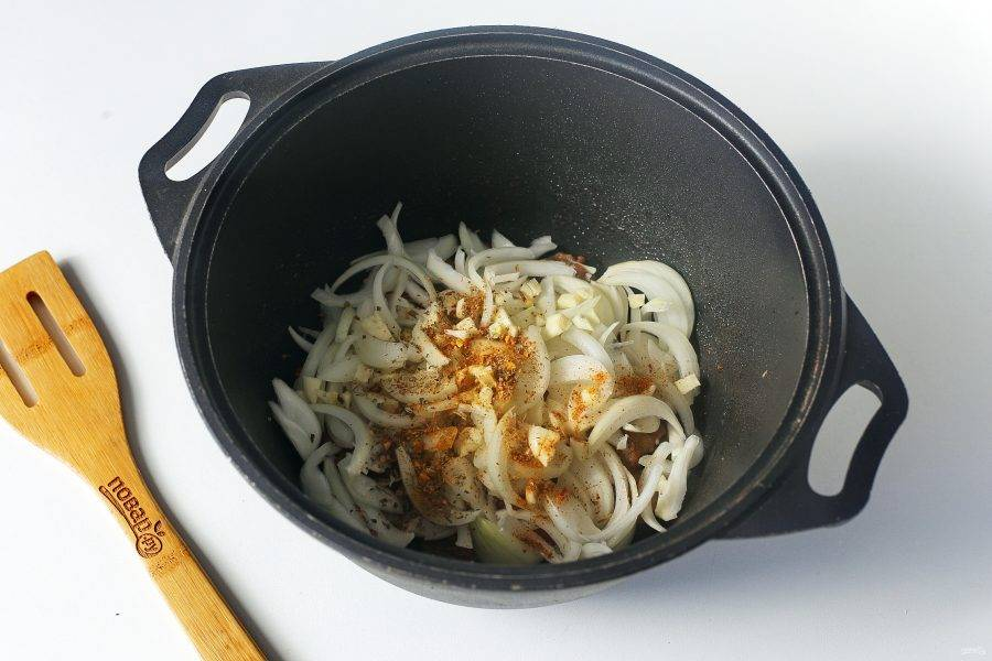 Затем добавьте нарезанный перьями лук и специи для мяса.