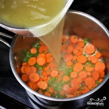 13. Добавьте к моркови и халапеньо процеженный бульон.