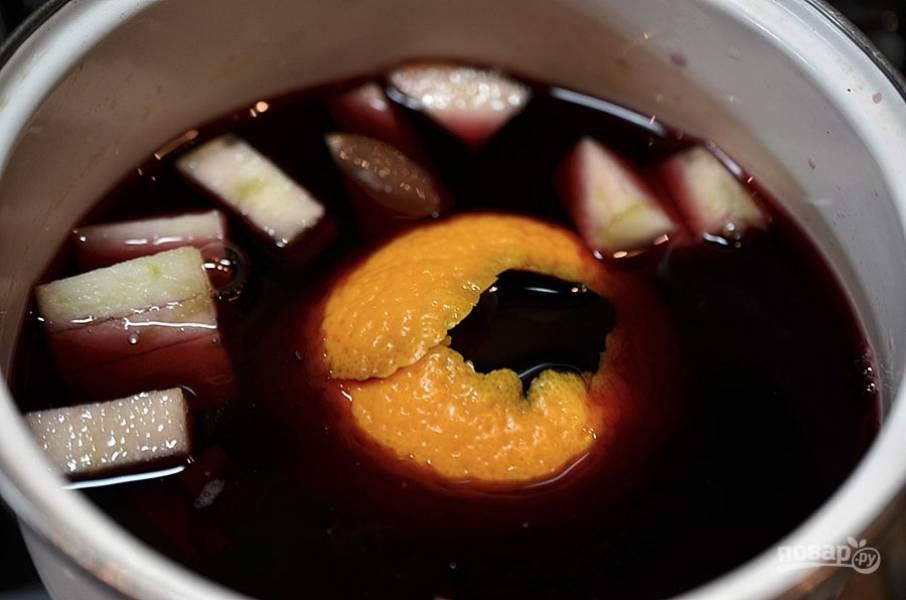 2. Вино вылейте в кастрюлю, добавьте яблоко с апельсином.