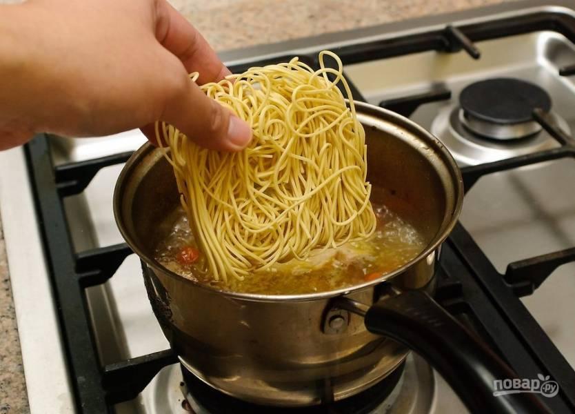 Добавьте лапшу, доведите суп до готовности.