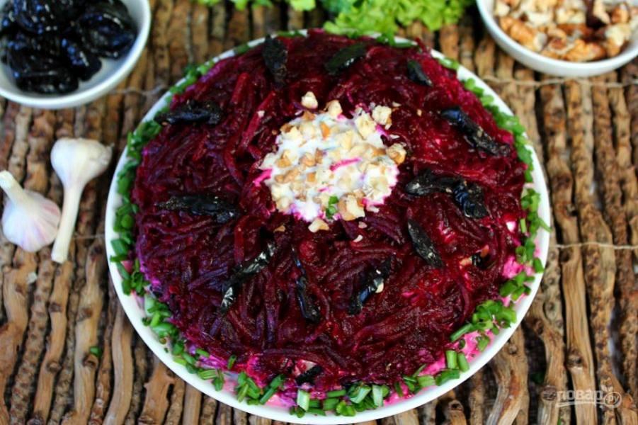 Перед подачей посыпаем салат зеленым луком, можно добавить немного орехов и чернослив. Салат готов! Приятного аппетита!