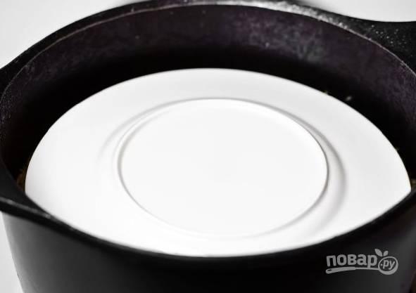 12. Как только рис впитал воду, накройте его тарелкой, затем крышкой и оставьте томиться на самом минимальном огне 20 минут.  После можно аккуратно перемешать и подавать к столу.