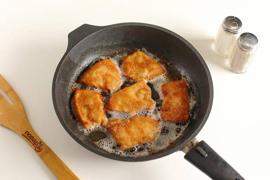 Обжаривайте кальмары в достаточном количестве растительного масла с двух сторон на среднем огне до золотистого цвета. Готовые шницели выкладывайте сначала на салфетку, чтобы убрать излишки масла, а затем уже на тарелку.